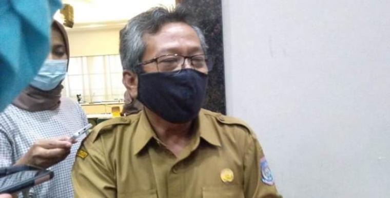 Juru bicara penanganan covid-19 Kota Tangerang Selatan, dr Tulus Muladiono saat diwawancarai wartawan. (Foto: TitikNOL)