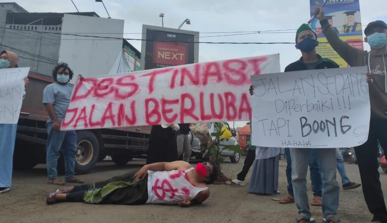 Aksi unjukrasa mahasiswa yang tergabung di HMI-MPO Lebak. (Foto: TitikNOL)