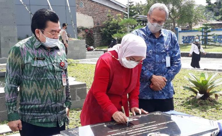Mentri Ketenagakerjaan Ida Fauziyah saat meresmikan gedung baru tempat pelatihan kerja di BBPKL Serang. (Foto: TitikNOL)