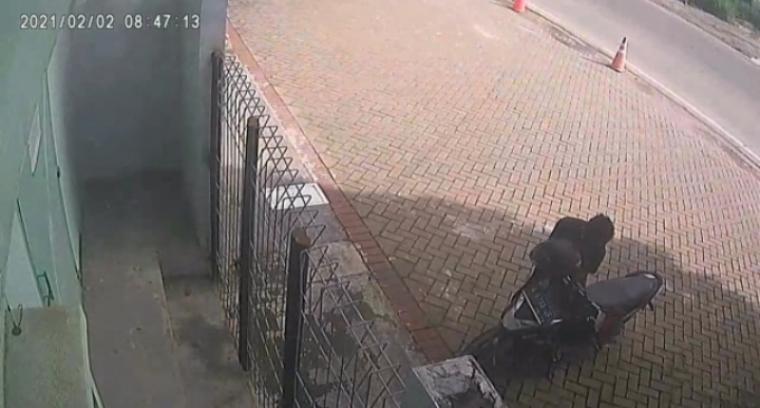 Aksi pencurian sepeda motor yang terekam CCTV. (Foto: TitikNOL)