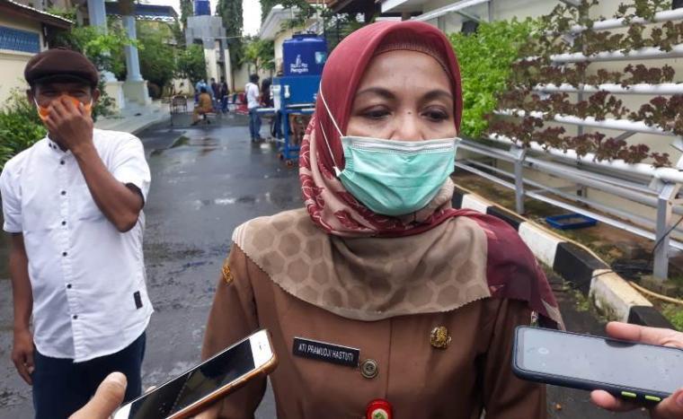 Kepala Dinas Kesehatan Provinsi Banten Ati Pramudji Hastuti saat diwawancarai wartawan. (Foto: TitikNOL)