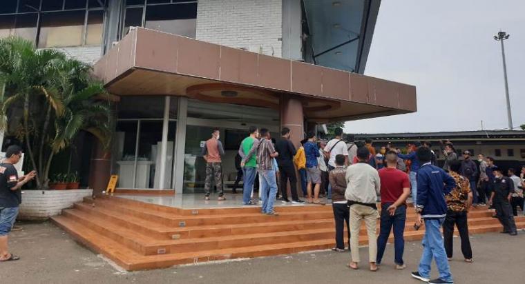 Puluhan securiti dan cleaning service saat menggeruduk Kantor ASDP Merak. (Foto: TitikNOL)