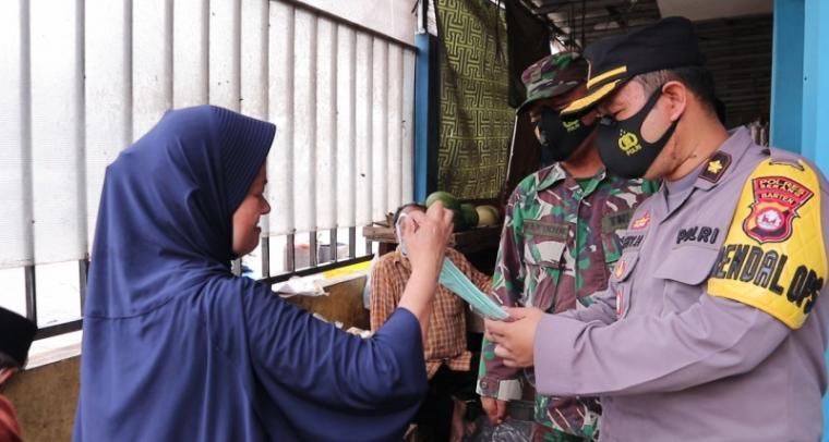 Kapolres Serang AKBP Mariyono saat memberikan masker kepada pengunjung pasar tangguh nusantara. (Foto: TitikNOL)