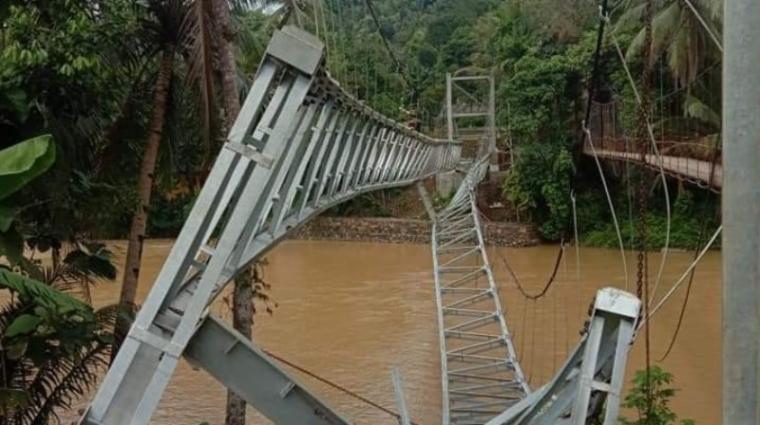 Jembatan gantung permanen di Desa Suakan, Kecamatan Bayah yang didanai APBD Kabupaten Lebak. (Foto: TitikNOL)