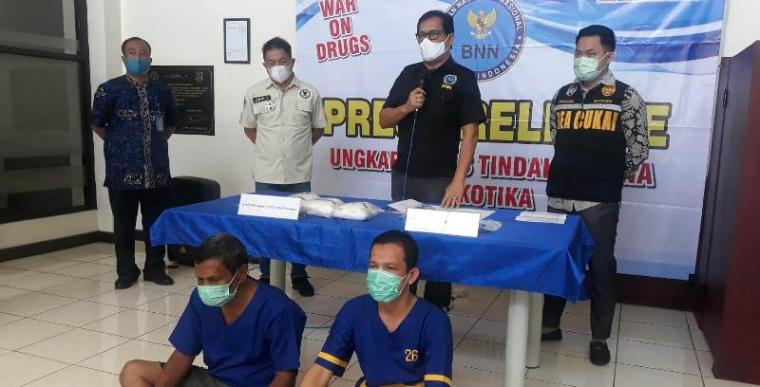 Tersangka beserta barangbukti narkoba jenis sabu yang diamankan Badan Narkotika Nasional Provinsi (BNNP) Banten. (Foto: TitikNOL)