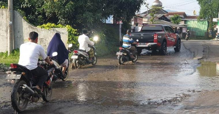 Kerusakan jalan BBS Kelurahan Ciwedus, Kecamatan Cilegon, Kota Cilegon. (Foto: TitikNOL)