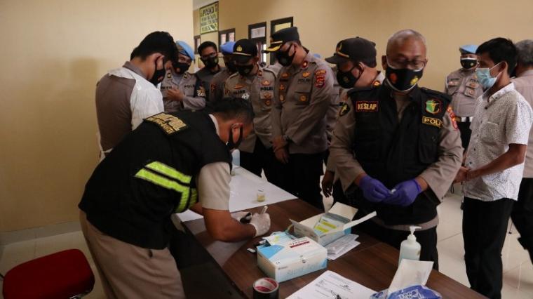 Sejumlah personel Polres Serang saat menjalani tes urine. (Foto: TitikNOL)