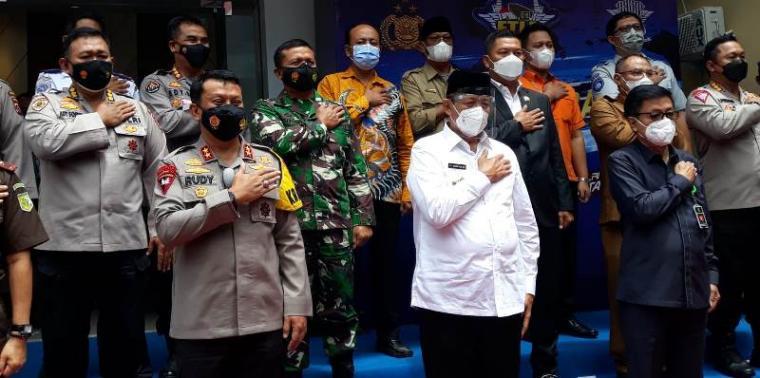 Gubernur Banten Wahidin Halim saat foto bersama dengan Kapolda Banten Irjen Pol Rudy Heriyanto Adi Nugroho usai melakukan pengecekan ETLE di Polda Banten. (Foto: TitikNOL)