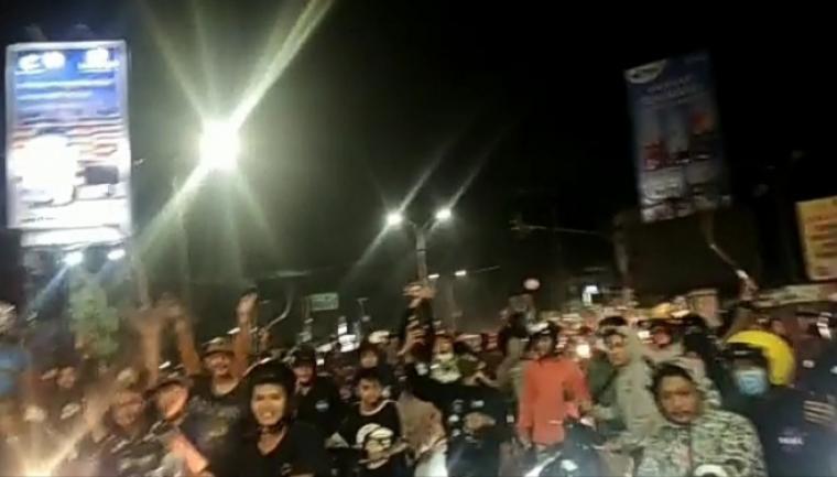 Tangkap layar video sekelompok anak muda yang membawa senjata tajam (Sajam), memblokade lampu merah Ciceri, Kota Serang. (Foto: TitikNOL)