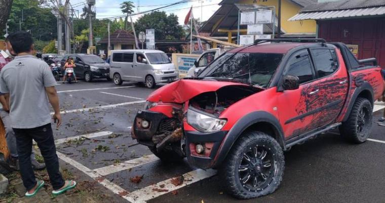 Kondisi mobil yang menabrak pohon dan rambu lalulintas di ruas Jalan Raya Ahmad Yani tepatnya di Kampung Dalem, Desa Kadu Agung Timur, Kecamatan Cibadak, Kabupaten Lebak. (Foto: TitikNOL)