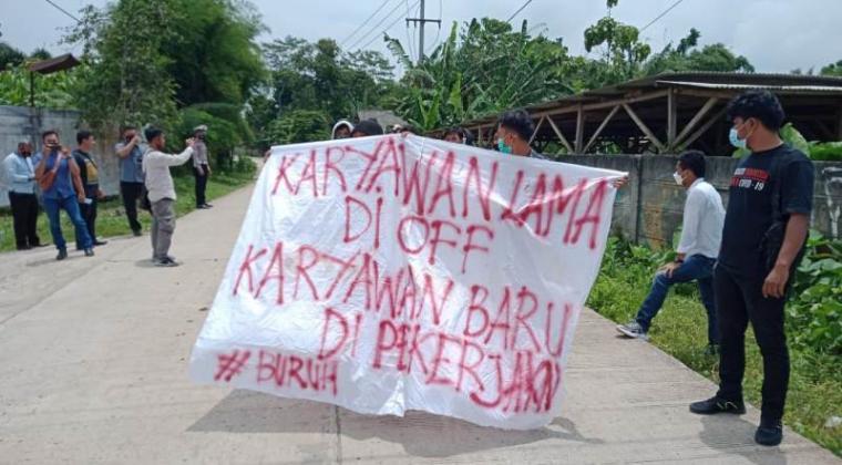 Aksi unjukrasa puluhan buruh pabrik dan aktivis mahasiswa di depan gerbang Pabrik PT. Pelangi Elasindo di Kampung Ketug, Desa Citeras, Kecamatan Rangkasbitung, Kabupaten Lebak, Rabu (10/3/2021). (Foto: TitikNOL)