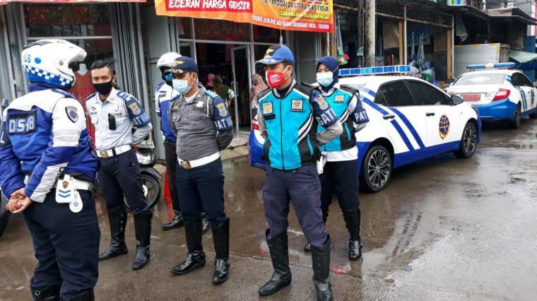 Anggota LLAJ Dishub Kota Cilegon terjung ke Pasar Kranggot untuk mengatasi kemacetan. (Foto: TitikNOL)