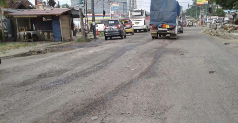 Kondisi jalan Soekarno - Hatta tepatnya di perempatan Sumurbuang, Kabupaten Lebak. (Foto: TitikNOL)