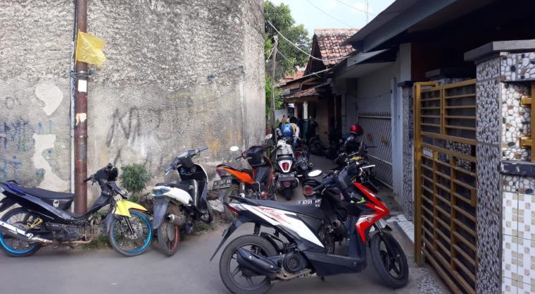 Suasana Rumah duka juru parkir bernama Ahmad Setiadi alias Acil (26), yang menjadi korban pembacokan di Pasar Induk Rau (PIR). (Foto: TitikNOL)