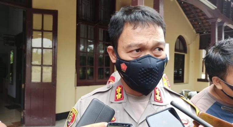 Kapolres Serang Kota AKBP Yunus Hadit saat diwawancara wartawan. (Foto: TitikNOL)