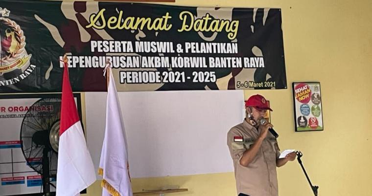 Yudhi Ismail saat memberikan sambutan dalam pengukuhan Anak Korps Baret Merah (AKBM) Korwil Banten Raya. (Foto: TitikNOL)