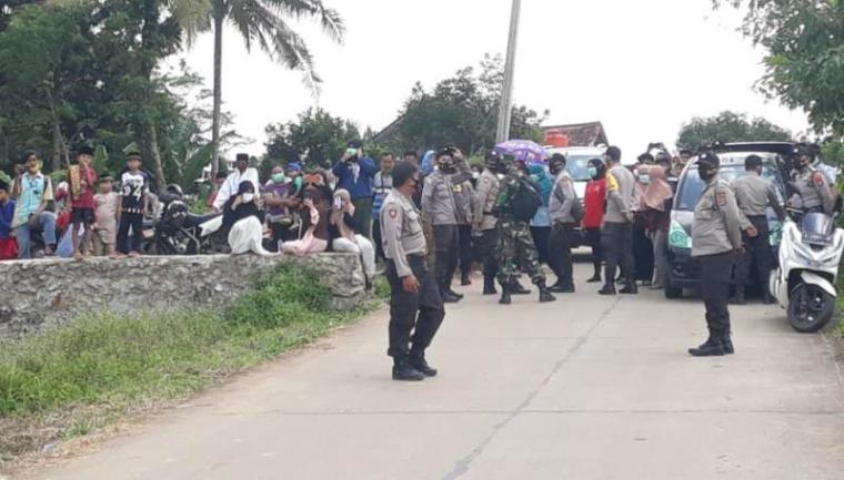Warga saat menunggu Presiden Joko Widodo meresmikan Bendungan Sindang Heula. (Foto: TitikNOL)