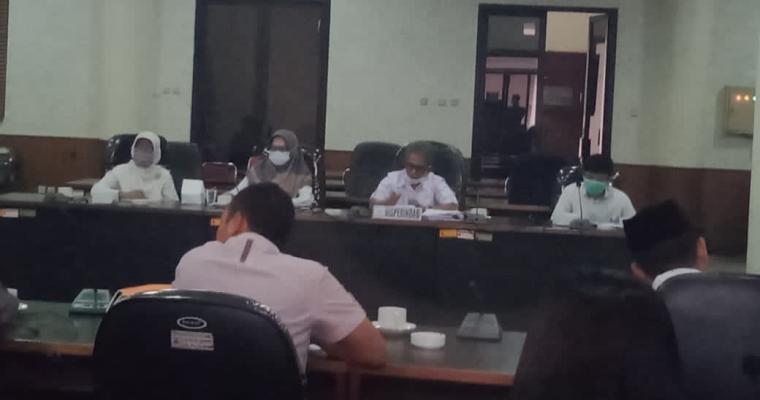 Rapat dengar pendapat (hearing) antara Komisi IV DPRD Cilegon dengan Disperdagin Kota Cilegon yang digelar secara tertutup di ruang rapat DPRD Kota Cilegon. (Foto: TitikNOL)