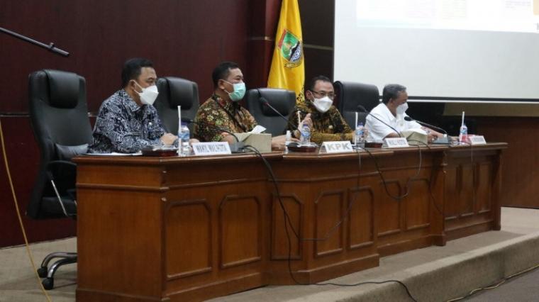 Wali Kota dan Wakil Wali Kota Cilegon, Helldy - Sanuji saat menggelar rapat koordinasi dengan KPK di Aula Setda II Pemkot Cilegon. (Istimewa).