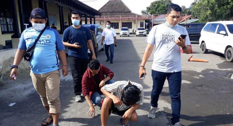 Dua Pemuda yang Viral Bawa Sajam saat digelandang ke Mapolres Serang Kota. (Foto: TitikNOL)