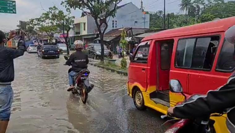 Ruas jalan yang tergenang air yakni jalan Otto Iskandar Dinata, jalan Sunan Kalijaga tepatnya di bundaran Papanggo, Keluarahan Cijoro Pasir. (Foto: TitikNOL)