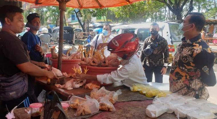 Ketua DPRD Cilegon, Isro Miraj saat melakukan sidak di Pasar Kranggot. (Foto: TitikNOL)
