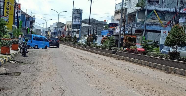 Material lumpur proyek pembangunan RS Hermina Cilegon berceceran di jalan. (Foto: TitikNOL)