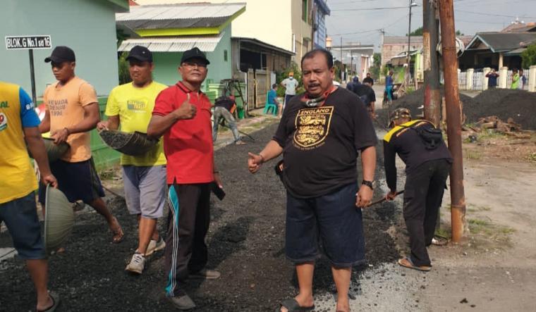 Warga RT 02, RW 07 di Komplek Departemen Agama (Depag), Kecamatan Cipocok Jaya, Kota Serang saat memperbaiki jalan secara gotong royong. (Foto: TitikNOL)