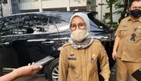 Pekerja PT Amarta Karya saat memperbaiki akses jalan beton Pelabuhan Warnasari yang mengalami retak rambu. (Foto: TitikNOL)