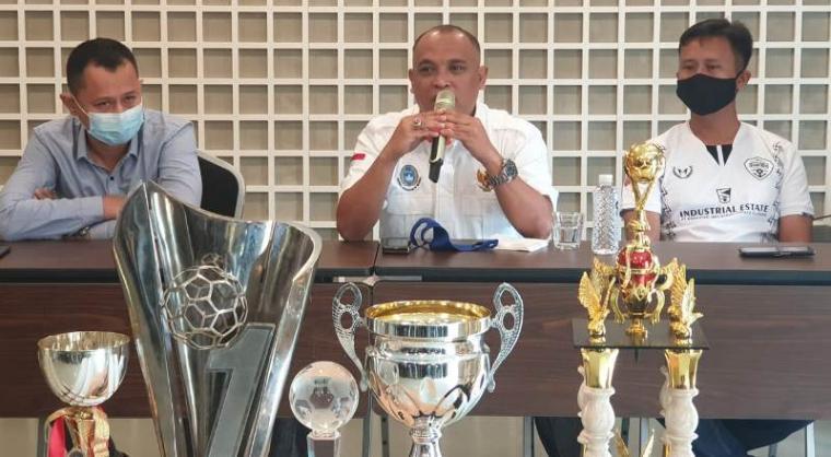 Eks Presiden Cilegon United FC, Yudhi Apriyanto saat memberikan keterangan kepada wartawan terkait dijualnya Cilegon United FC ke Raffi Ahmad. (Foto: TitikNOL)