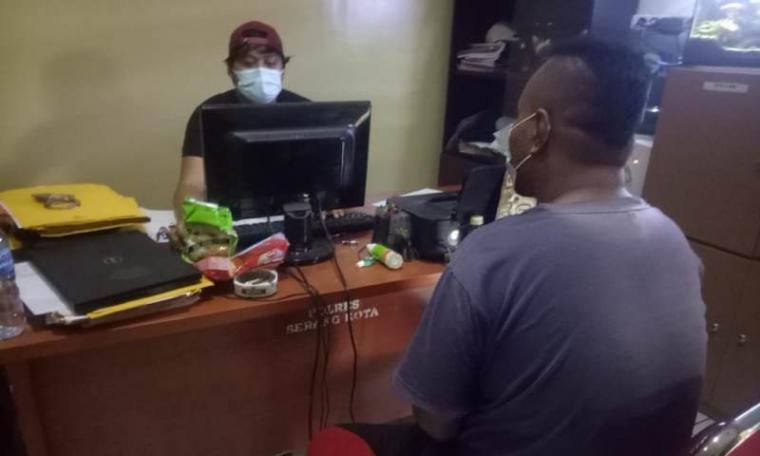 AGAH (39), tersangka pengedar sabu saat dimintai keterangan. (Foto: TitikNOL)