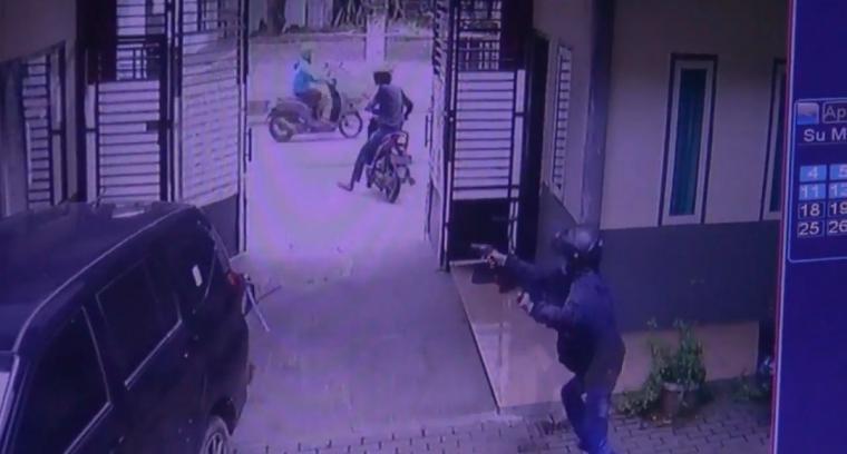Pelaku pencurian saat menodongkan senjata api. (Foto: TitikNOL)