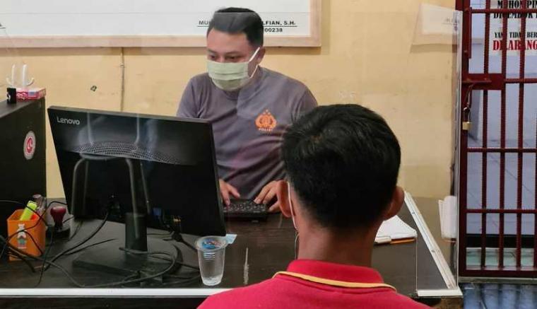 Salah satu karyawan alfamart saat dimintai keterangan. (Foto: TitikNOL)