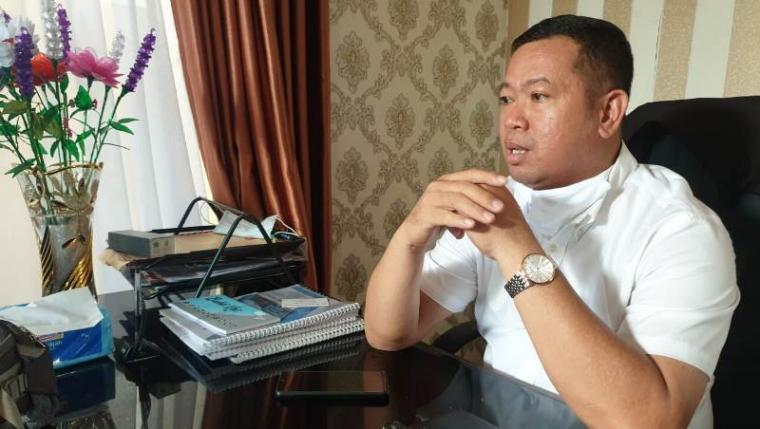 Ketua LSM Gapura Banten, Husen Saidan saat memberikan keterangan terkait sumber anggaran pembelian kursi roda. (Foto: TitikNOL)