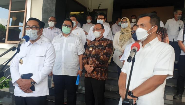Gubernur Jawa Barat, Ridwan Kamil bersama Direktur Utama PT Krakatau Steel, Silmy Karim saat memberikan keterangan kepada wartawan di Hotel The Royale Krakatau Cilegon. (Foto: TitikNOL)