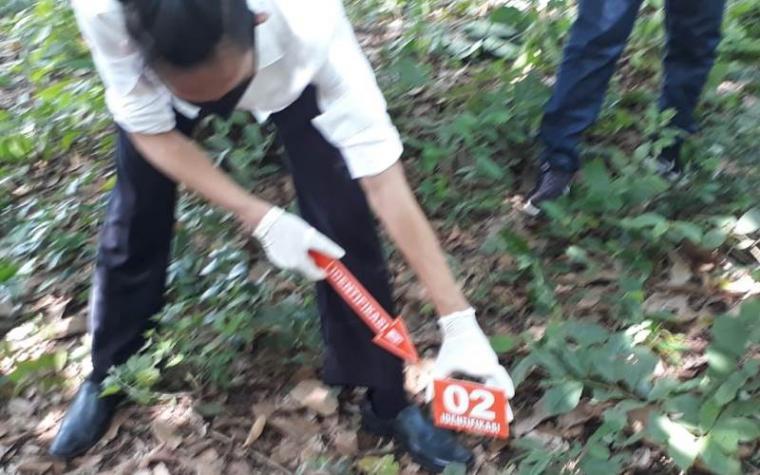 Polisi saat melakukan olah TKP penemuan mayat bayi yang ditemukan warga. (Foto: TitikNOL)