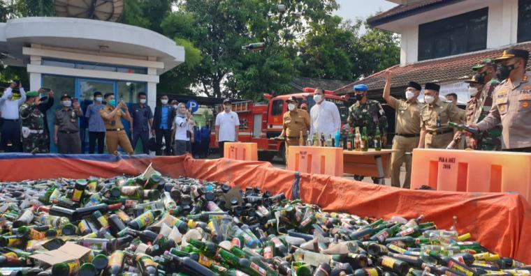 Pemusnahan minuman keras di halaman Kantor Wali Kota Cilegon. (Foto: TitikNOL)