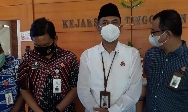 Kepala Kejati Banten Asep Nana Mulyana (tengah, baju putih), saat memberikan keterangan kepada wartawan. (Foto: TitikNOL)