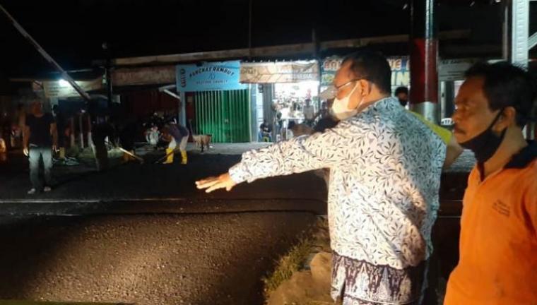 Wali Kota Cilegon Helldy Agustian saat pantau perbaikan jalan rusak di Tegal Cabe. (Foto: TitikNOL)