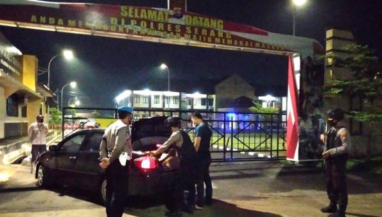 Personel Polres Serang saat periksa kendaraan tamu di pintu masuk Mapolres Serang. (Foto: TitikNOL)