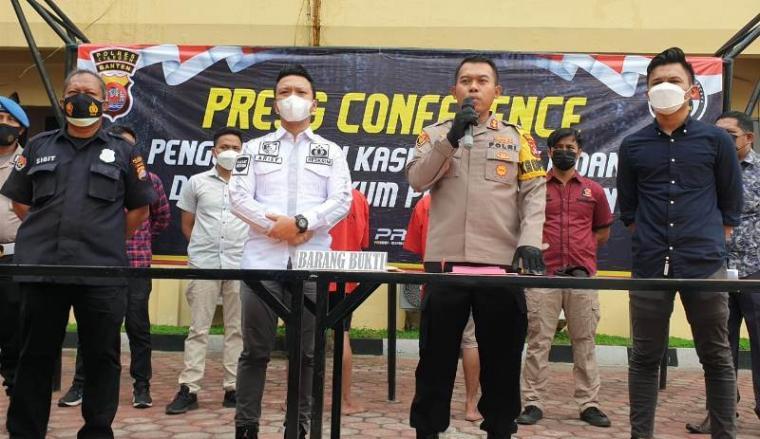 Kapolres Cilegon AKBP Sigit Haryono didampingi Kasat Reskrim AKP Arief Nazaruddin Yusuf saat menggelar ekspos pengungkapan kasus curanmor. (Foto: TitikNOL)