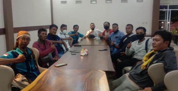 Suasana rapat koordinasi sejumlah jurnalis yang tergabung dalam Forum Wartawan Malingping Lebak Selatan (FWM Baksel) di De Batete Resto dan Lesehan, tepatnya di Desa Kadujajar, Kecamatan Malingping, Kabupaten Lebak, Banten. (Foto: TitikNOL)
