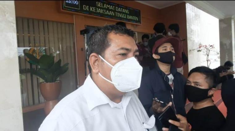 Alloy Ferdinan, Kuasa hukum mantan Kepala Biro Kesejahteraan rakyat (Kesra) Irvan Santoso saat diwawancara wartawan. (Foto: TitikNOL)