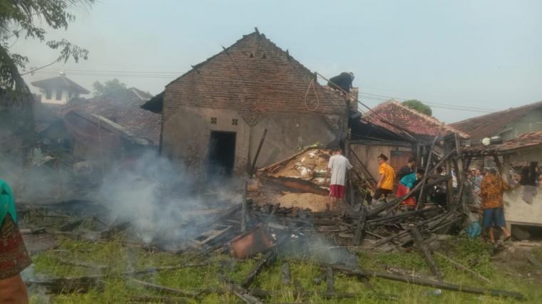 Rumah milik Sarjuk di Kecamatan Cibadak, terbakar akibat tabung gas meledak. (Foto: TitikNOL)