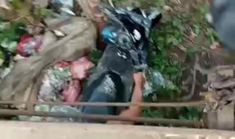 Tangkap layar video pasangan suami isteri yang jatuh saat melintas di atas jembatan gantung penghubung Kampung Nangklak, Desa Margatirta, Kecamatan Cimarga, Kabupaten Lebak. (Foto: TitikNOL)