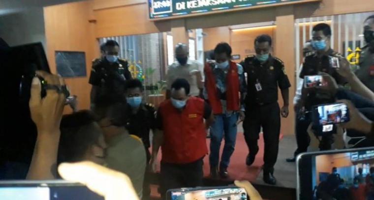 Tersangka pengadaan masker KN95 saat digiring ke mobil tahanan. (Foto: TitikNOL)
