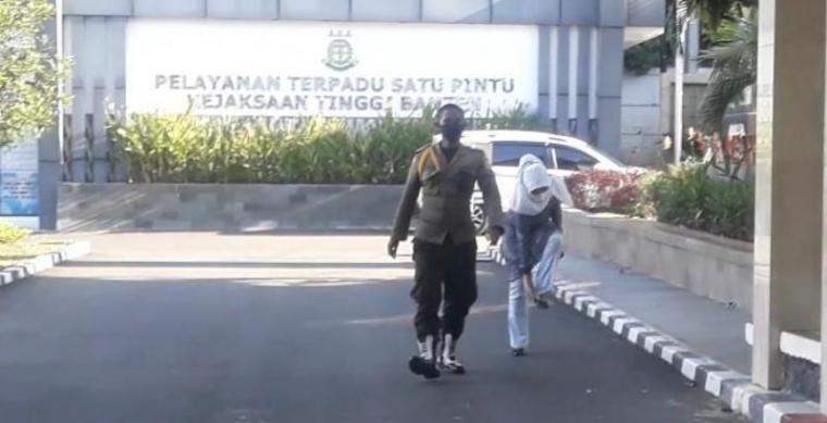 Kadinkes Banten saat akan memasuki gesung pemeriksaan kaitan dengan pengadaan masker di Kejati Banten. (Foto: TitikNOL)