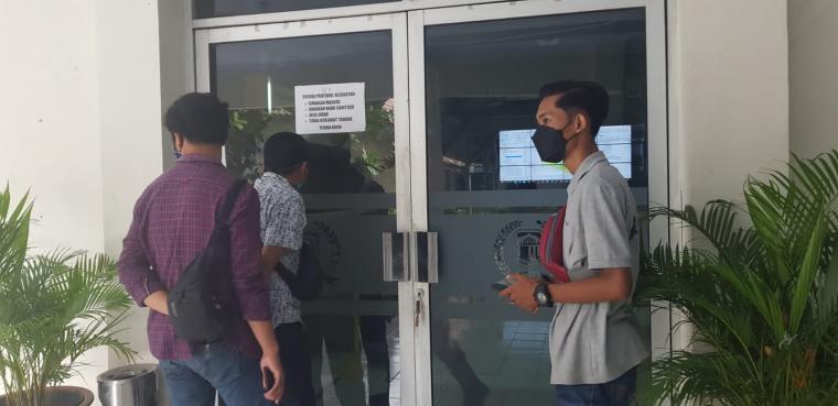 Sejumlah wartawan di Kabupaten Lebak, dilarang melakukan peliputan kegiatan uji publik Raperda Rencana Tata Ruang Wilayah, oleh anggota polisi yang berjaga di gedung paripurna DPRD Lebak. (Foto: TitikNOL)