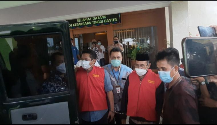 Kedua penjabat Pemprov Banten saat masuk ke mobil tahanan Kejati Banten. (Foto: TitikNOL)