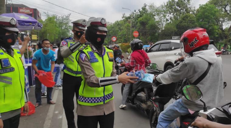 Satlantas Pores Serang Kota saat membagikan takjil kepada pengguna jalan di depan Pos Polisi Alun-alun, Kota Serang, Minggu (2/5/2021) sore. (Foto: TitikNOL)